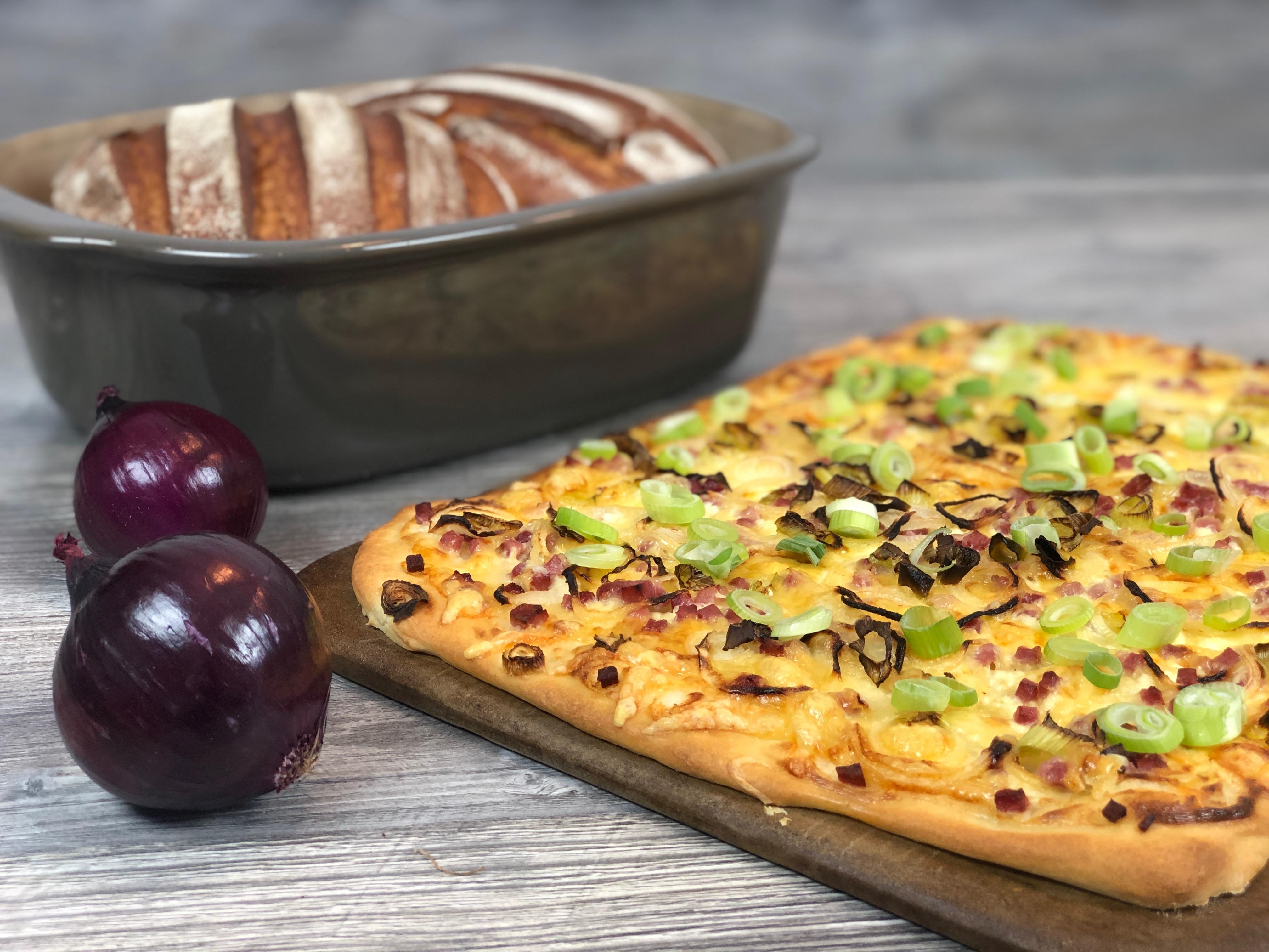 Ofenmeister mit Brot und Zauberstein mit Flammkuchen und 2 Zwiebeln
