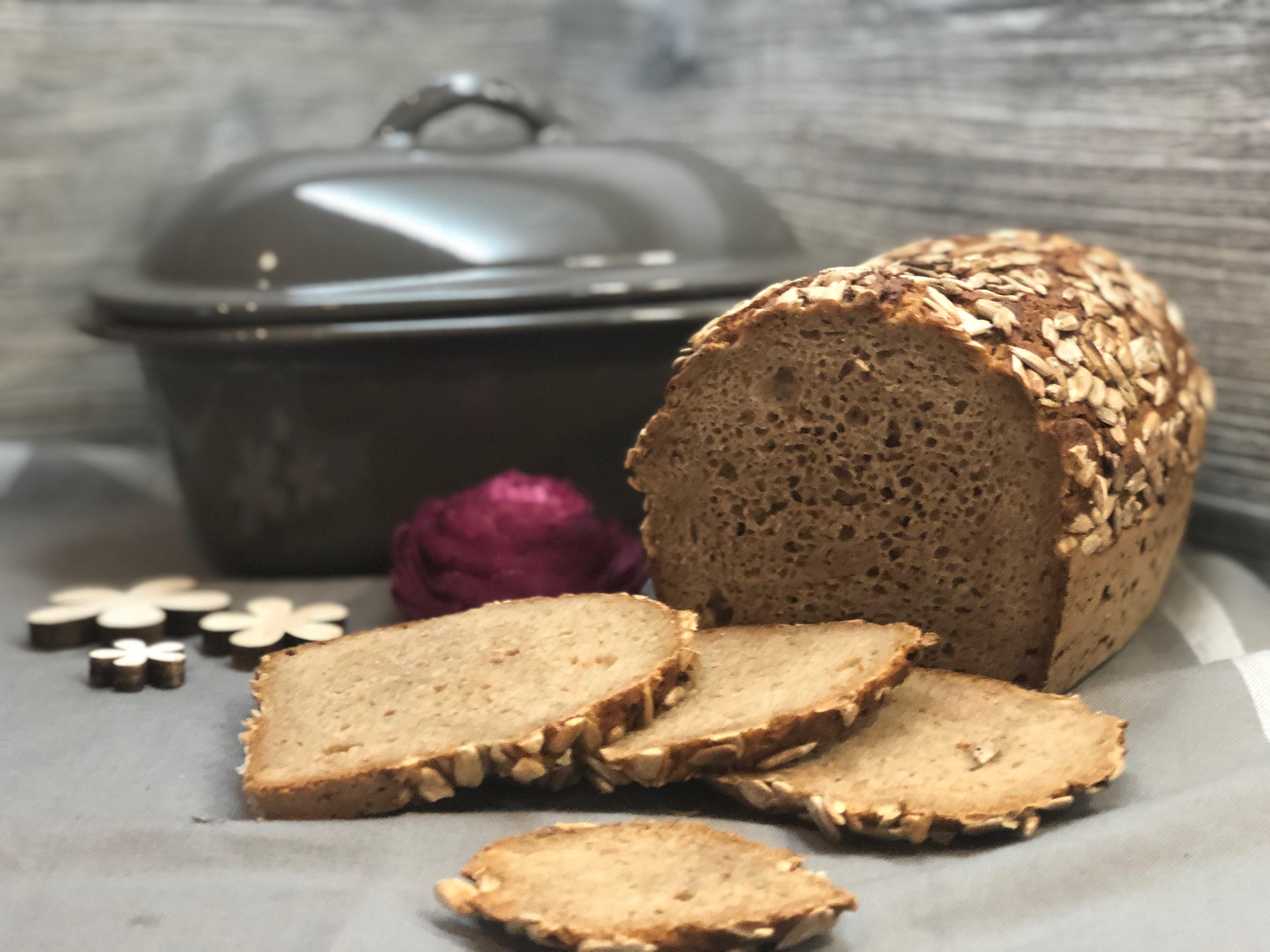 Kleiner Zaubermeister im Hintergrund mit Müsli Brot im Vordergrund