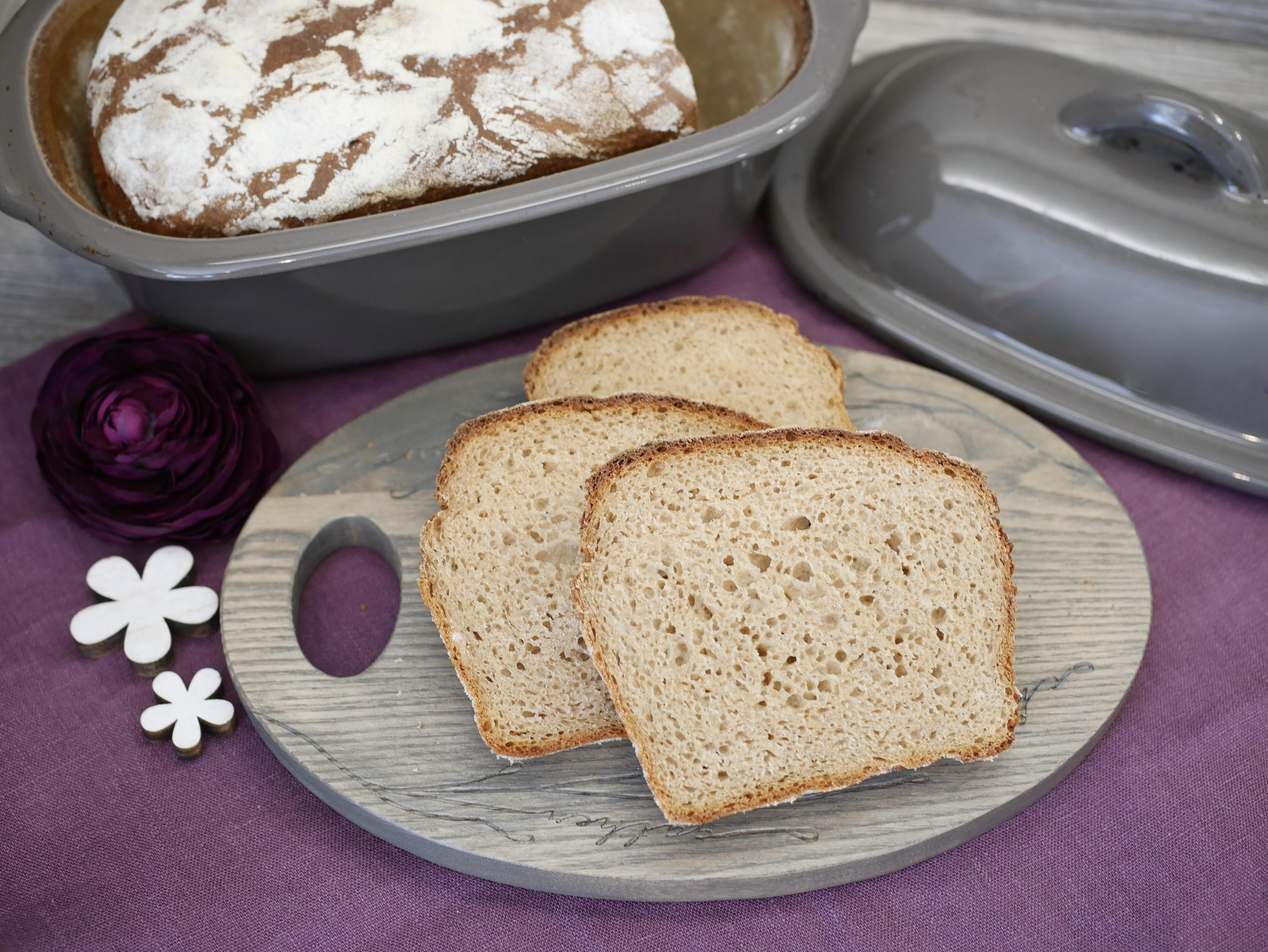 Brotscheiben auf Holzbrett für Rezept Ruck-Zuck-Brot aus dem kleinen Zaubermeister