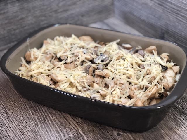 Ofenhexe® mit Knödeln, Fleisch und Pilzen mit Käse bestreut