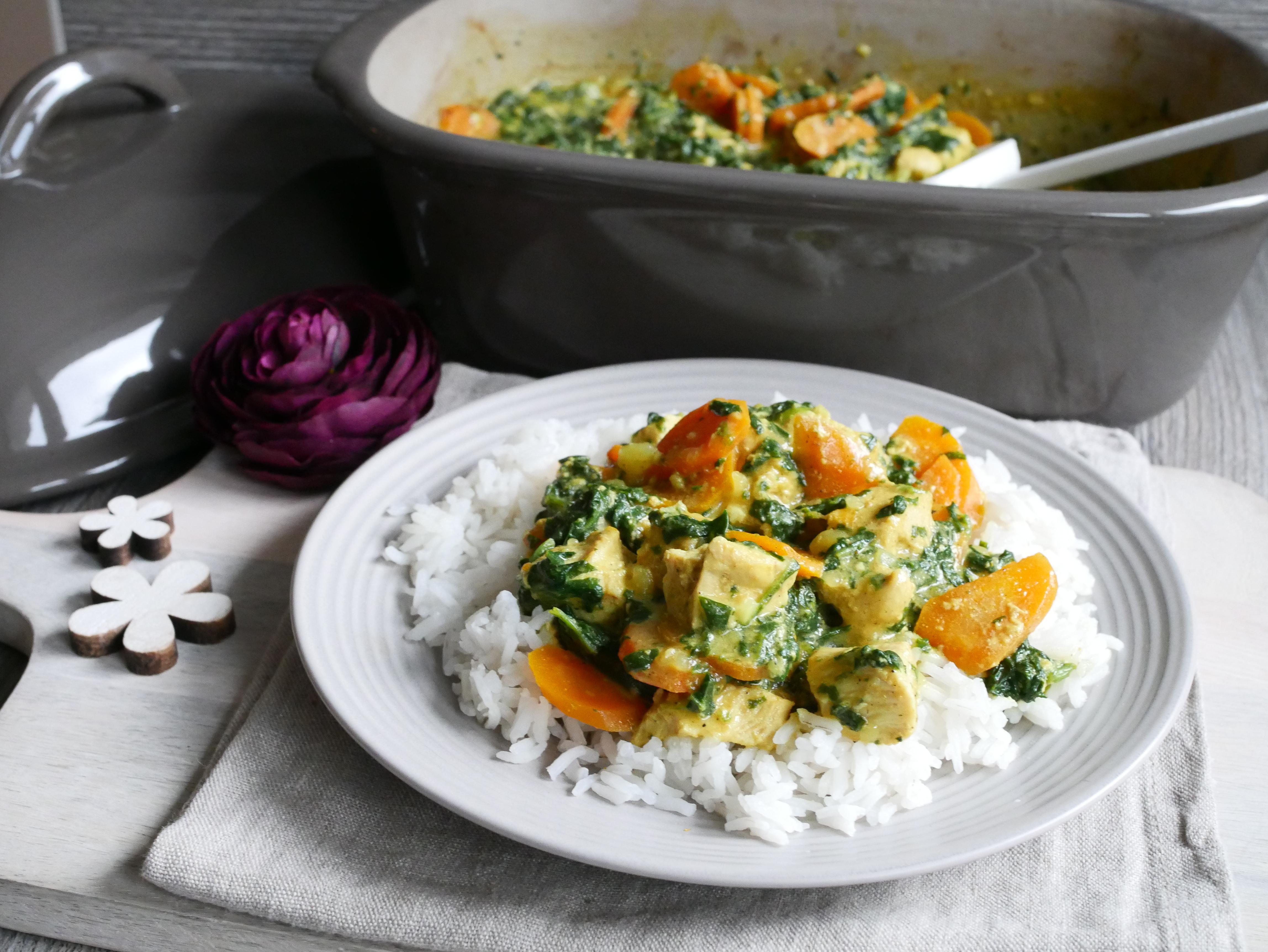 Curry und Reis auf Teller angerichtet für Rezept Hähnchencurry aus dem Ofenmeister