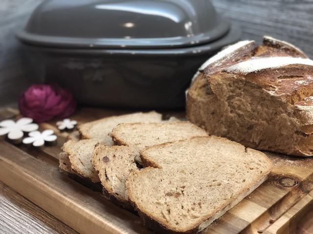 Brotscheiben und Ofenmeister von Pampered Chef® im Hintergrund
